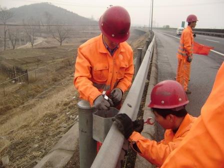 河南省高速波形护栏板供应商,选择我们,选择放心,选择专业。